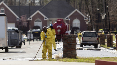 Emergency crews work to clean up an oil spill in front of evacuated homes on Starlite Road in Mayflower, Arkansas March 31, 2013. (Reuters / Jacob Slaton)