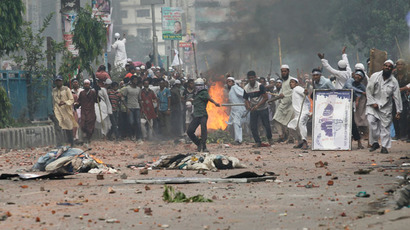 Activists of Hefajat-e Islam clash with police in front of the national mosque in Dhaka May 5, 2013.(Reuters / Andrew Biraj)