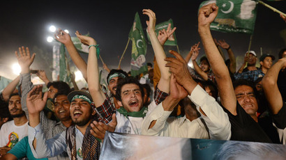 Supporters of former Pakistani Prime Minister Nawaz Sharif cheer him during his campaign closing rally in Lahore on May 9, 2013.(AFP Photo / Roberto Schmidt)