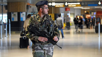 "A French soldier stands guard on May 23, 2013, as part of France's national security alert system ""Plan Vigipirate"". (AFP Photo / Remy Gabalda)"
