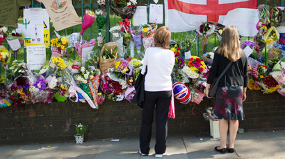 People look at floral tributes, momentos and messages left at the site where British soldier Drummer Lee Rigby was murdered in Woolwich, east London on May 26, 2013 (AFP Photo / STR)