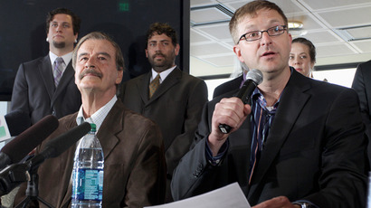 Marijuana entrepreneur and CEO of Diego Pellicer Inc. Jamen Shively (front R) talks next to former President of Mexico Vicente Fox (front L) during a news conference in Seattle, Washington, May 30, 2013 (Reuters / Marcus Donner)