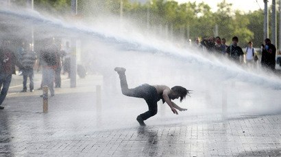 Demonstrators flee from a water cannon during clashes with riot police on May 31, 2013 during a protest against the demolition of Taksim Gezi Park, in Taksim Square in Istanbul. (AFP Photo)