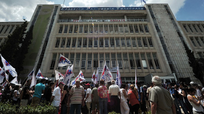 People gather outside the Greece's public TV ERT headquarters in Athens on June 12, 2013, in support of the broadcaster's staff and unions, a day after a shock decision by the government to shut down the state broadcaster's operations with immediate effect, a move affecting nearly 2,700 jobs. (AFP Photo)