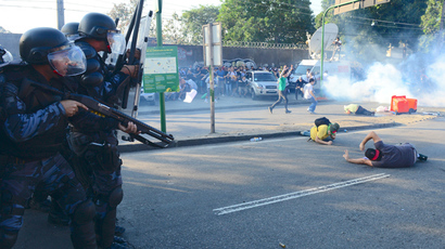 Crowd of 30,000 overruns police cordon ahead of Brazil football match (VIDEO)