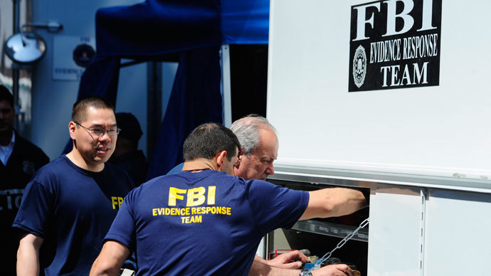 FBI agents stand near a New York City apartment building.(Reuters / Keith Bedford)
