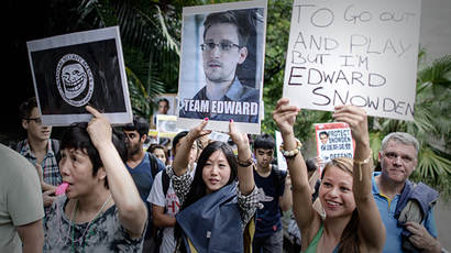 Protesters hold placards as they march to the US consulate in support of Edward Snowden from the US in Hong Kong on June 15, 2013. (AFP Photo / Philippe Lopez)