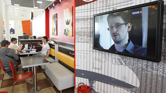 A television screen shows former U.S. spy agency contractor Edward Snowden during a news bulletin at a cafe at Moscow's Sheremetyevo airport (Reuters / Sergei Karpukhin)