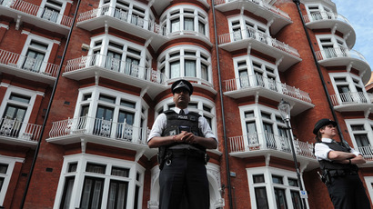 Police officers stand outside the Ecuadorian Embassy in London (AFP Photo)