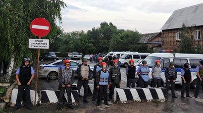 Police cordons off the Pugachyov Interior Ministry's Directorate from protesters. The protest caused by the murder of local resident Ruslan Marzhanov.(RIA Novosti / Dmitriy Vinogradov)