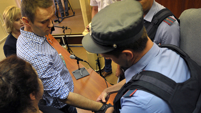 A police officer handcuffs Russia's top opposition leader Aleksey Navalny (L) in the courtroom in Kirov on July 18, 2013 (AFP Photo)