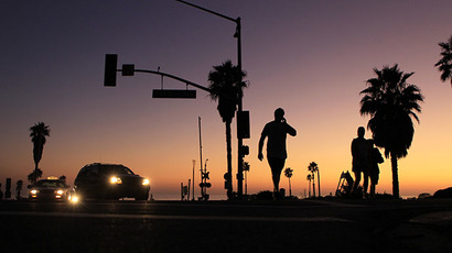 Traffic and pedestrians move through a powerless intersection following a power outage in Cardiff, California,  September 8, 2011. (Reuters / Mike Blake)