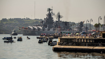 "The ""Moskva"" Russian guide missile cruiser moors at Havana's harbour, on August 3, 2013.(AFP Photo / Adalberto Roque)"