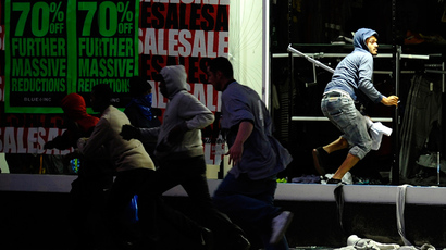 Looters run from a clothing store in Peckham, London August 8, 2011 (Reuters / Dylan Martinez)
