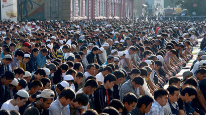 Russian Muslims pray outside the central mosque in Moscow on August 8, 2013.(AFP Photo / Vasily Maximov)