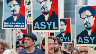 Demonstrators hold banner during protest rally in support of former U.S. spy agency NSA contractor Edward Snowden in Berlin.(Reuters / Tobias Schwarz)