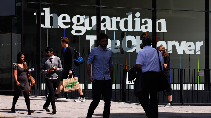 Pedestrians walk past the entrance of the Guardian newspaper building in London August 20 2013 (Reuters / Suzanne Plunkett)