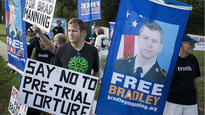 Protesters with the Bradley Manning Support Network hold a vigil while waiting to hear Manning's sentence on August 21, 2013 outside the gate of Fort George G. Meade, Maryland. (AFP Photo / T.J. Kirkpatrick)