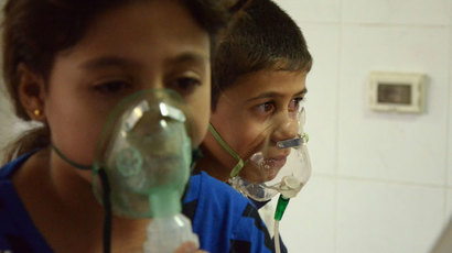 Children, affected by what activists say was a gas attack, breathe through oxygen masks in the Damascus suburb of Saqba, August 21, 2013.(Reuters / Bassam Khabieh)