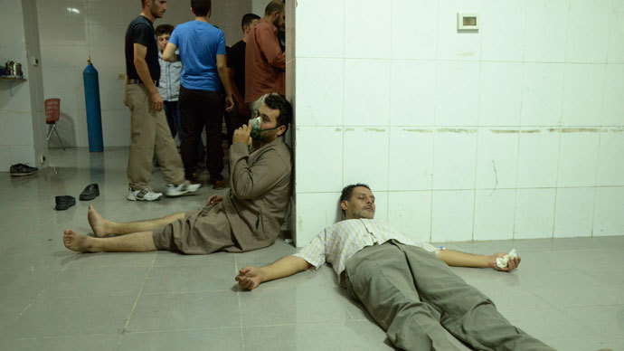 People, affected by what activists say was a gas attack, are treated at a medical center in the Damascus suburb of Saqba, August 21, 2013.(Reuters / Bassam Khabieh)