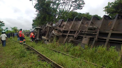 "Rescuers observing the train known as ""The Beast"", after it derailed near Huimanguillo, in Tabasco State, Mexico, on August 25, 2013 (AFP Photo / Tabasco Hoy)"