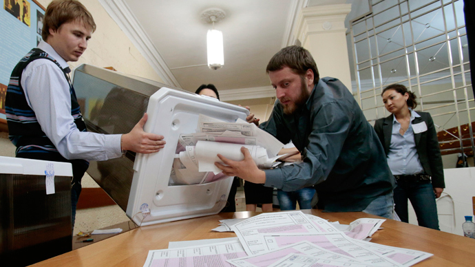 Poll workers empty a ballot box after voting finished in a mayoral election at a polling station in Moscow September 8, 2013 (Reuters / Tatyana Makeyeva)