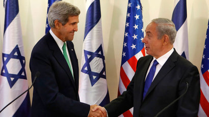 U.S. Secretary of State John Kerry (L) shakes hands with Israel's Prime Minister Benjamin Netanyahu at the prime minister's office in Jerusalem September 15, 2013.(Reuters / Larry Downing)