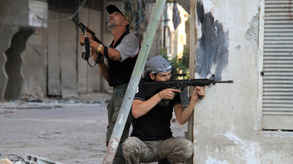 Rebel fighters hold a position on a front line in the Damascus suburb of Yalda, Syria (AFP Photo / Ward Al-Keswani)