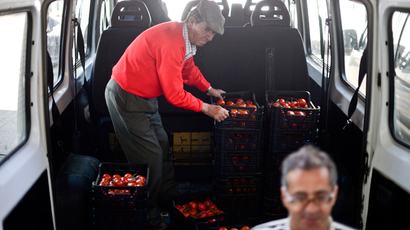 Volunteers load a van with donations of food for charities at the Food Bank Against Hunger center in Lisbon (AFP Photo / Patricia De Melo Moreira)