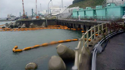 This handout picture taken by Tokyo Electric Power Co. (TEPCO) on September 26, 2013 shows a silt fence (yellow floats), a device to trap sediment before water flows into the sea, which has broken at the port of TEPCO's Fukushima Dai-ichi nuclear power plant at Okuma town in Fukushima prefecture. (AFP Photo)