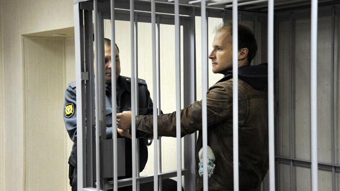 The photographer Denis Sinyakov (R) charged with an illegal attempt at penetrating the Prirazlomnaya oil platform, is seen before hearings on his pre-trail detention measure at the Leninsky Court, Murmansk.  (RIA Novosti/Sergey Eshenko)