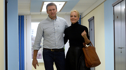 Russian protest leader Aleksey Navalny and his wife Yulia are seen in a court in the provincial northern city of Kirov, on October 16, 2013. (RIA Novosti / Maksim Bogodvid)