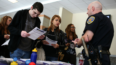 Students talk to a recruiter with the San Francisco police department during a job fair (AFP Photo / Justin Sullivan)