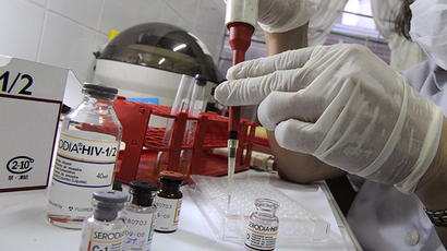 A medical technologist conducts HIV screening test (AFP Photo / Romeo Gacad)