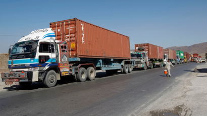 Trucks carrying supplies for NATO troops cross into Afghanistan from Pakistan at the Tor kham (Reuters / Parwiz)