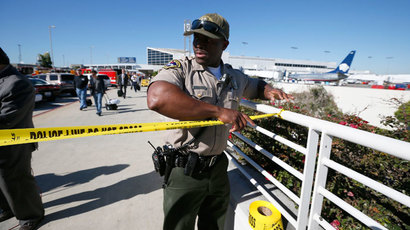 An airport police officer cordons off terminals 2 and 3 after a shooting at Los Angeles airport (LAX), California November 1, 2013.(Reuters / Lucy Nicholson)