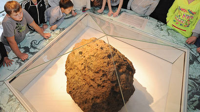 Children look at Chelyabinsk meteorite exhibited at Chelyabinsk Museum of Regional Studies. (Aleksandr Kondratuk / RIA Novosti)