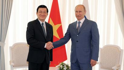 Russian President Vladimir Putin (R) shakes hands with Vietnamese President Truong Tan Sang (RIA Novosti/Alexei Druzhinin)