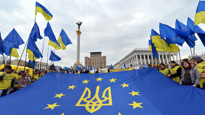 "Activists of Ukrainian movement ""For European Future"" hold EU flag with the Ukraine national emblem during their rally at Independence  Square in Kiev on October 30, 2013. (AFP Photo / Sergei Supinski)"