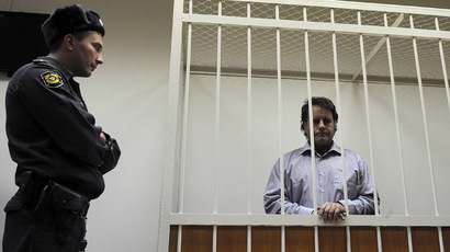 The captain of the Arctic Sunrise Dutch-flagged Greenpeace protest ship, Peter Willcox from USA, stands in a defendant cage in a court in Russia's second city of Saint Petersburg, on November 20, 2013. (AFP Photo/Olga Maltseva)