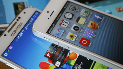 Apple's iPhone 5 (top) and Samsung Electronics' Galaxy S4 (Reuters/Kim Hong-Ji)