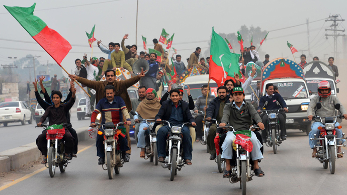 Activists of Pakistan Tehreek-e-Insaaf (PTI) arrive to attend a protest rally in Peshawar on November 23, 2013 (AFP Photo / A Majeed)