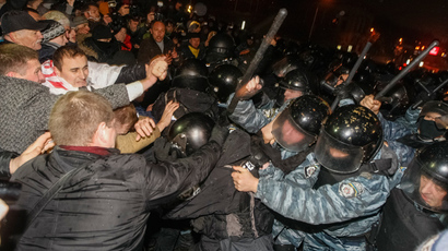 Protesters clash with riot police during a rally to support EU integration in central Kiev November 24, 2013. (Reuters / Sergii Polezhaka)