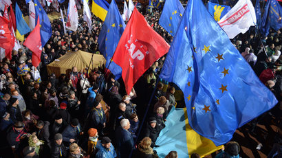 Protesters attend a rally of the opposition on European Square, on a second day of protests over the government's decision to scrap a key pact with the EU, in Kiev on November 25, 2013. (AFP Photo / Sergei Supinsky)