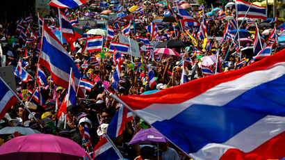Anti-government protesters wave Thai national flags as they march toward the Labour Ministry in Bangkok November 27, 2013 (Reuters / Athit Perawongmetha)