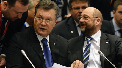 Ukrainian President Viktor Yanukovich sits next to European Parliament President Martin Schulz (R) during the European Union's Eastern Partnership summit on November 29, 2013 in Vilnius, Lithuania.(AFP Photo / Janek Skarzynski)