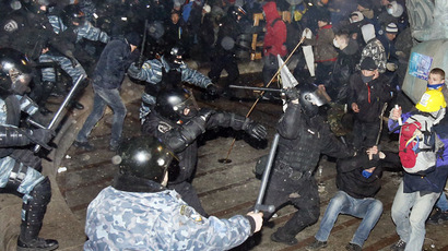 Protesters clash with police on Independence Square in Kiev early morning on November 30, 2013. (AFP Photo)