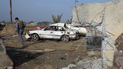 Iraqi security forces inspect the site of bomb attacks at a police station in Ramadi, 100 km (62 miles) west of Baghdad, November 27, 2013 (Reuters / Ali al-Mashhadani)