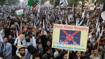 Pakistani supporters of the Defence of Pakistan coalition shout slogans and carry placards at an anti-US rally in Lahore on December 1, 2013 (AFP Photo / Arif Ali)