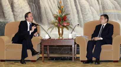 British Prime Minister David Cameron (L) speaks to Shanghai Mayor Yang Xiong during their meeting in Shanghai on December 3, 2013. (AFP Photo/Eugene Hoshiko)